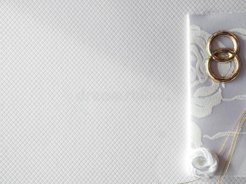 Säubern der Postkarte auf weißem Hintergrund Flache Lage stockbild