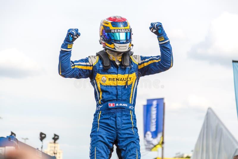 Sébastien Buemi, das auf dem Podium des E-Prix FIA Formula E jubelt lizenzfreie stockbilder