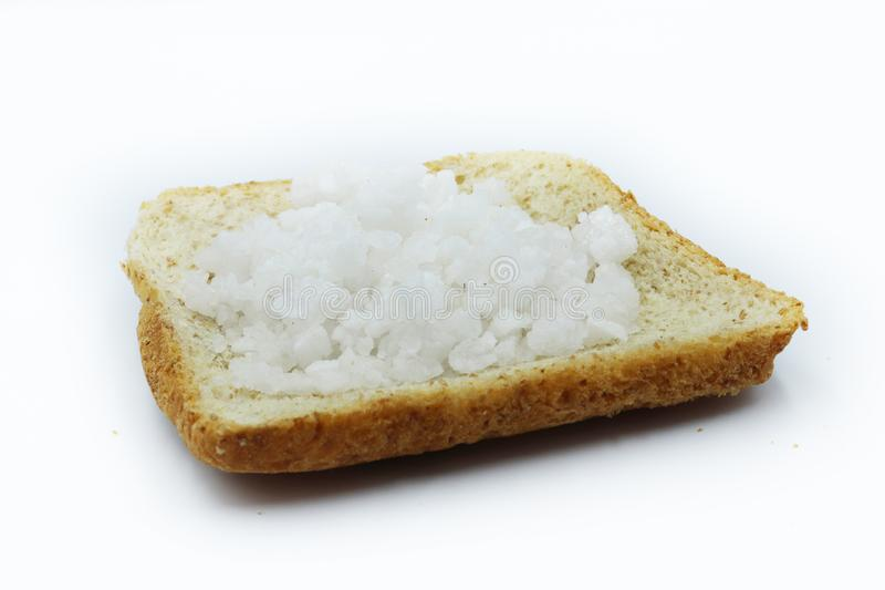 Sól na plasterków chlebach odizolowywających na białym tle obraz stock
