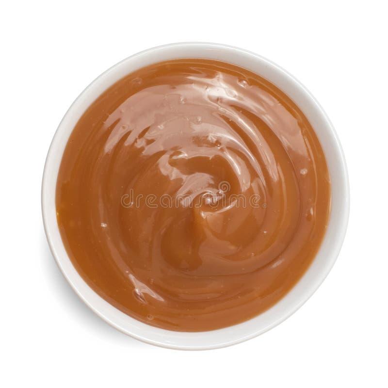 Süße Karamellsoße in der Schüssel lokalisiert auf weißem Hintergrund Beschneidungspfad eingeschlossen stockfotos