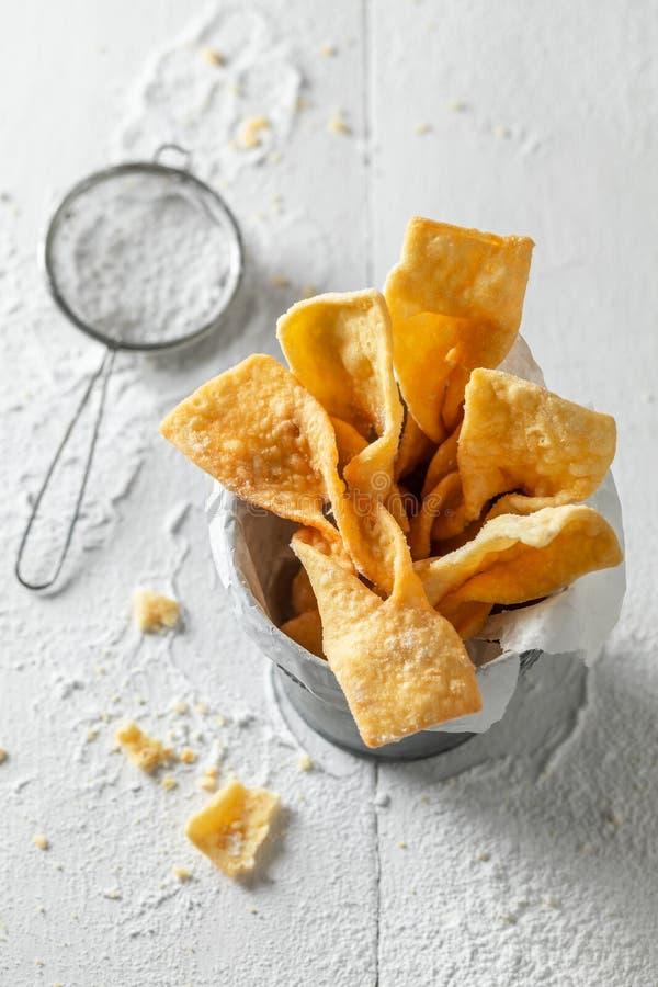 Süße und goldene Engelsflügel heiß und frisch gebacken lizenzfreie stockbilder