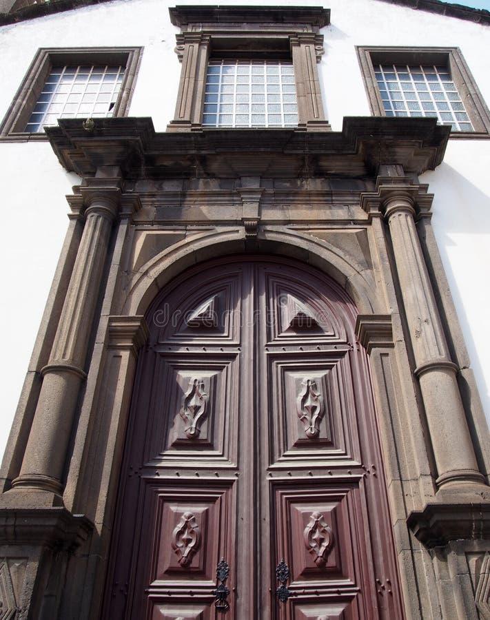 São佩德罗教会的华丽门在丰沙尔一个历史的17世纪大厦在著名的马德拉是建筑学 库存图片