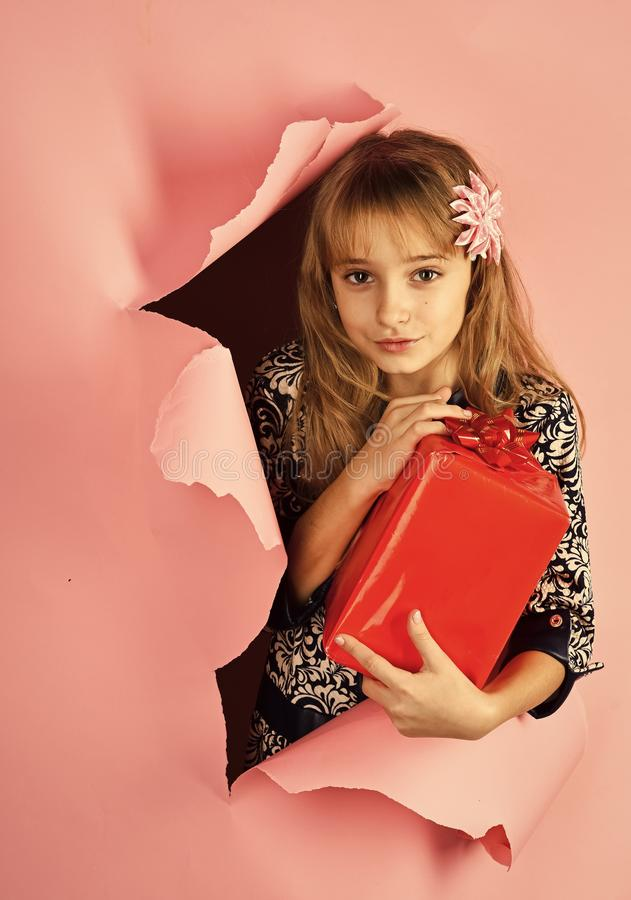 São Estêvão, celebração do feriado e partido Menina pequena com pacote da compra, sexta-feira preta Menina da criança com bloco a fotos de stock royalty free