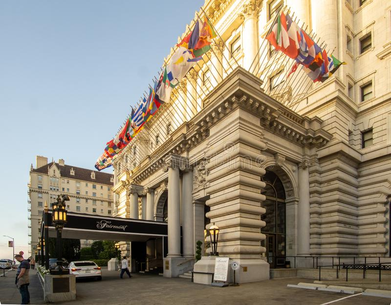 São Francisco, CA / Estados Unidos - agosto 25 de março de 2019: uma vista de três quartos do famoso Hotel Fairmont San Francisco fotos de stock royalty free
