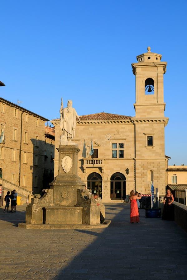São Marino, República de São Marino, 1 de julho de 2019: Praça da Liberdade em São Marino com a igreja Parva Domus fotos de stock royalty free
