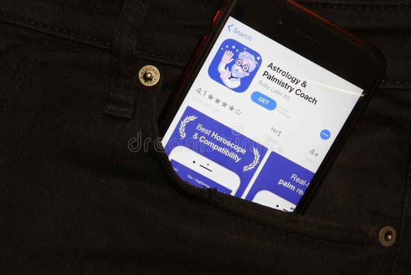 São Petersburgo, Rússia - 6 de dezembro de 2019: Tela do celular com ícone do aplicativo Astrology and Palmistry Coach no fecho d fotos de stock royalty free