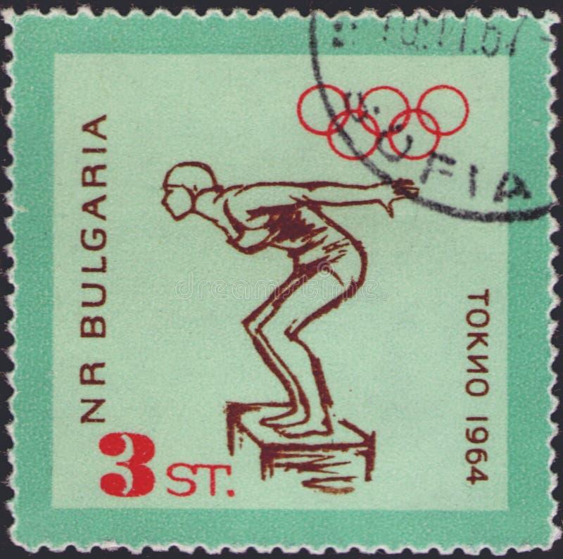 São Petersburgo, Rússia - 8 de janeiro de 2020: Carimbo postal emitido na Bulgária com a imagem de Swimmer no bloco inicial, circ fotografia de stock