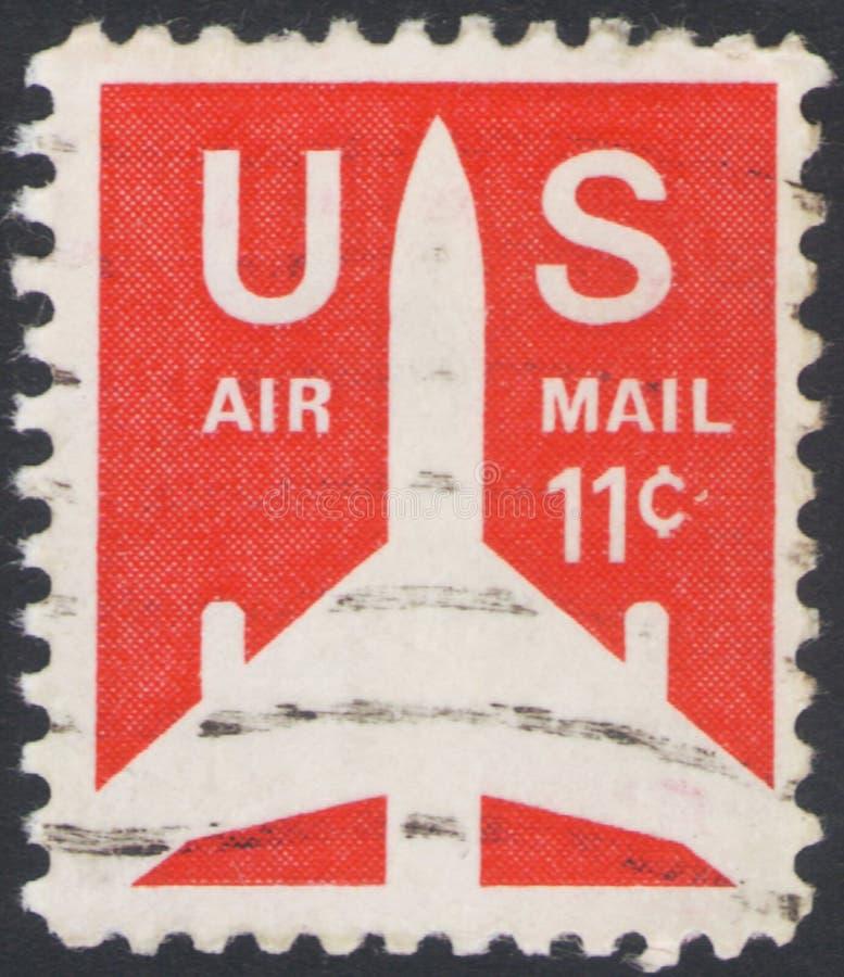 São Petersburgo, Rússia - 25 de novembro de 2019: Carimbo impresso nos EUA mostra uma silhueta de Jet Airliner, por volta de 1971 imagem de stock