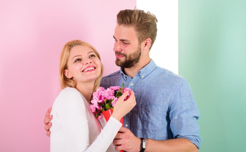 São tão bonitos como você equipa a doação da flor bonita à mulher bonita bonita Cada mulher merece o ramalhete bonito fotografia de stock