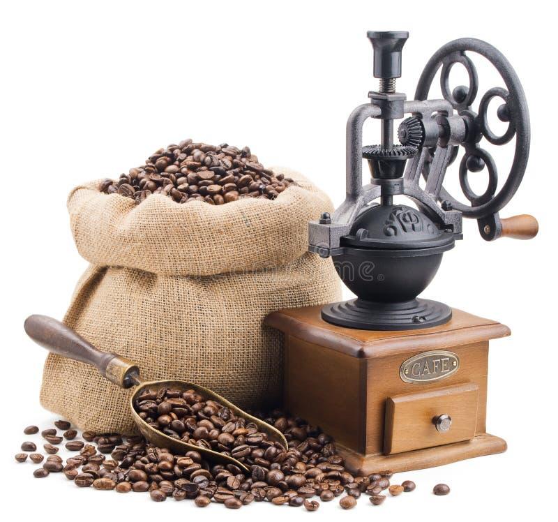 Säck av kaffebönor med den retro molar som isoleras på vit arkivbild