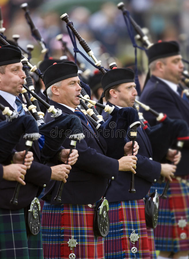 säckpipalekhögland scotland royaltyfri foto