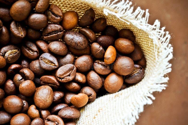 Säckvävpåse som fylls med kaffe royaltyfri bild