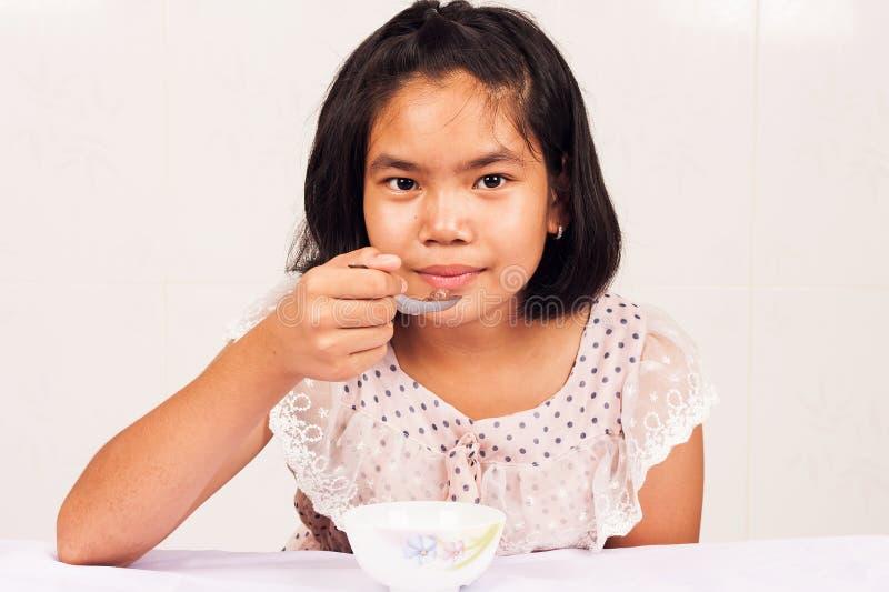 sädes- äta flicka för frukost royaltyfria foton
