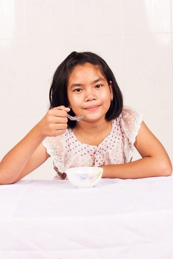 sädes- äta flicka för frukost fotografering för bildbyråer
