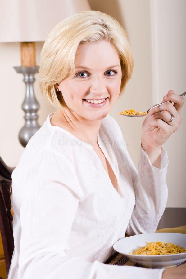 sädes- äta kvinna för frukost royaltyfri foto