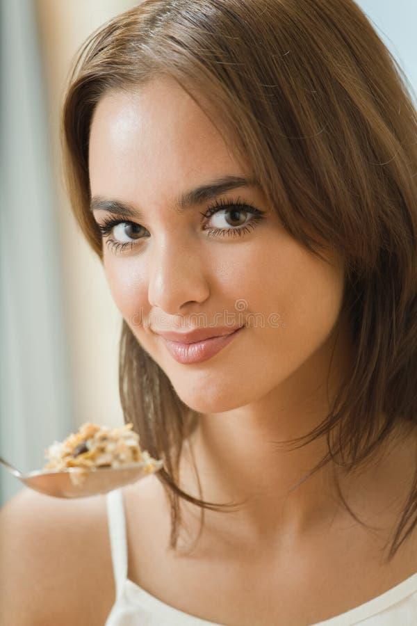 sädes- äta muslinkvinna royaltyfri fotografi