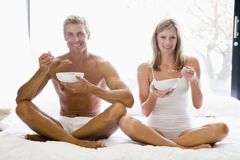 sädes- par för underlag som äter sittande le royaltyfri fotografi