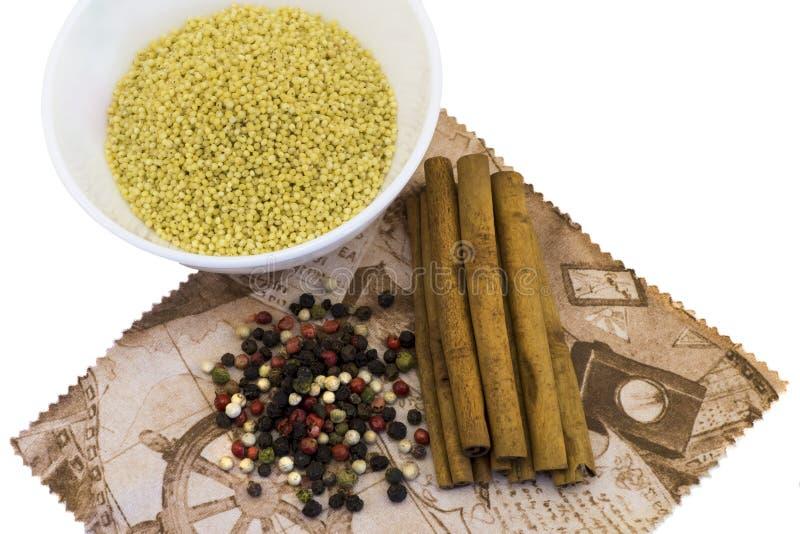 Sädesslag i plattor, kanel, kryddor, blandar pepparen på en isolerad servett arkivfoto