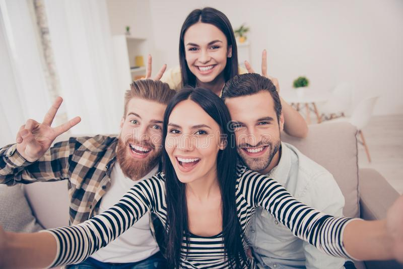 Säg ost! Slut upp av en upphetsad selfie för vän` s, taget på hom royaltyfri bild