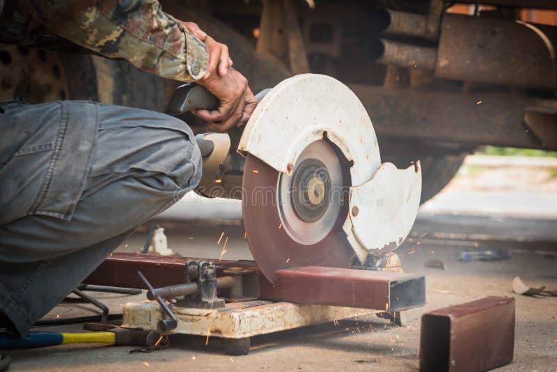 Säge-Maschinenausschnittstahl des Mechanikers Gebrauch abgeschnittener lizenzfreies stockfoto