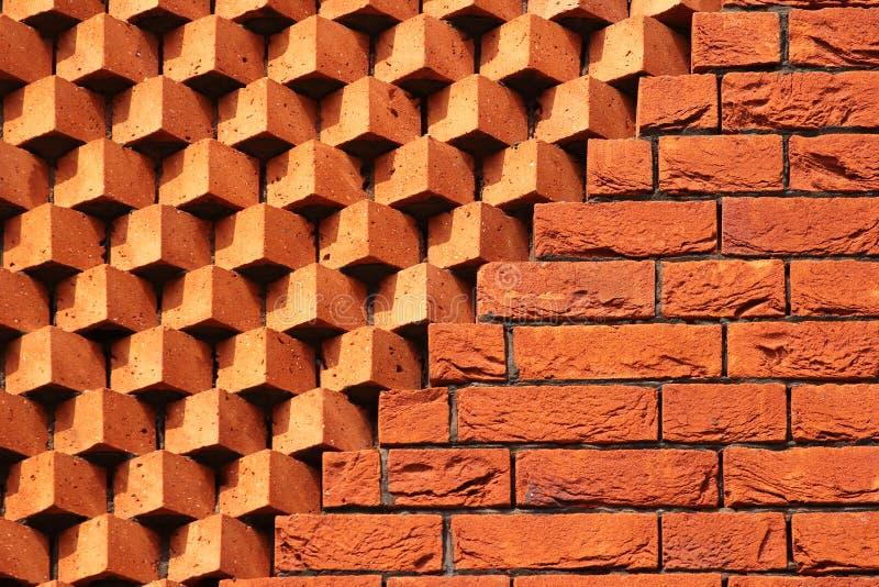 Sägezahnmustermaurerarbeit Dekorative Wand des roten Backsteins als Hintergrund stockfotos