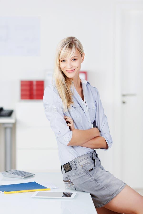 Säker affärskvinna i hennes kontor royaltyfri foto