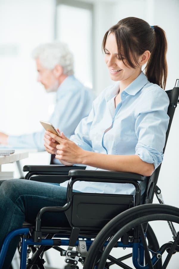 Säker affärskvinna i rullstol arkivbilder