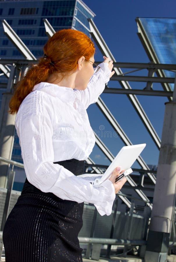 Säker affärskvinna i staden royaltyfri bild