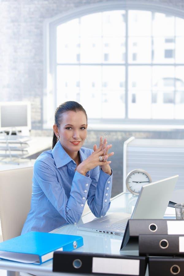 Säker affärskvinna på arbete royaltyfria bilder
