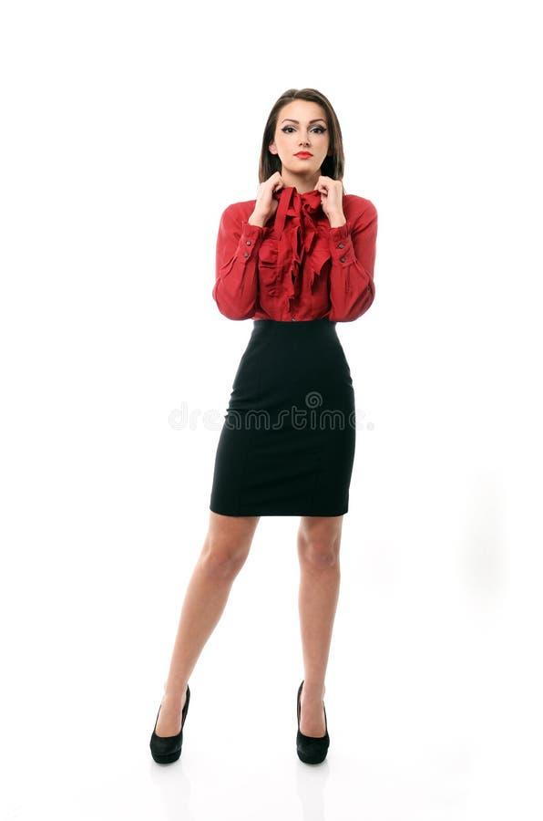 Säker affärskvinna som drar på hennes krage arkivbild