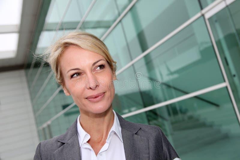 Säker affärskvinna som går för ett möte royaltyfri bild