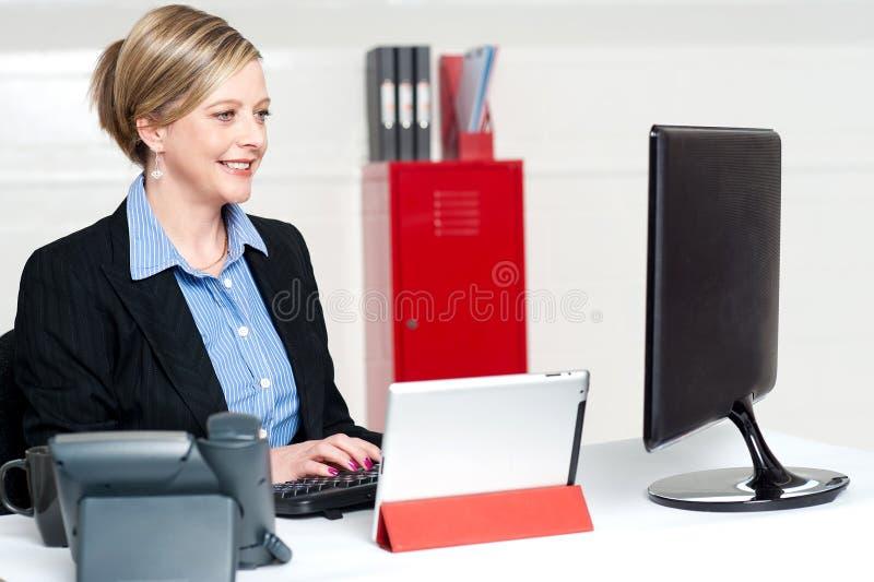 Säker affärskvinna som i regeringsställning fungerar royaltyfri foto