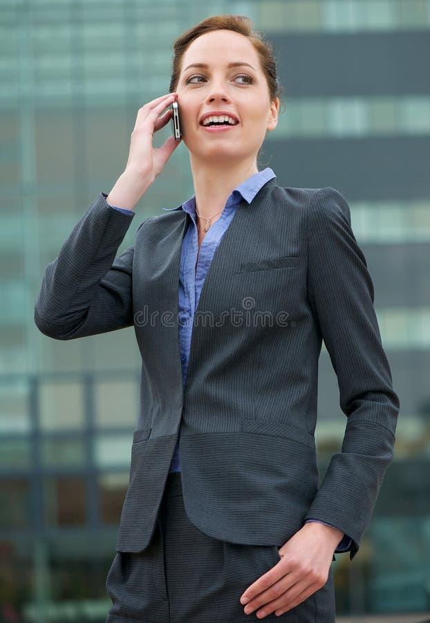 Säker affärskvinna som talar på telefonen royaltyfria foton