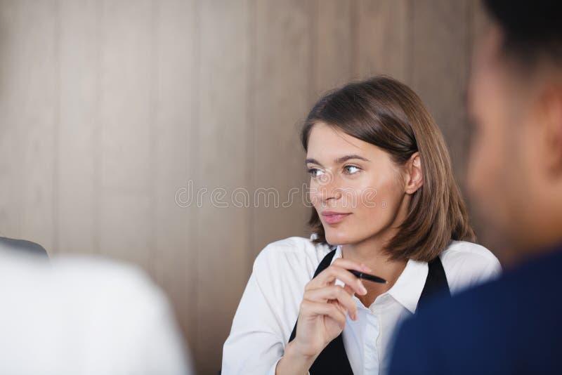 Säker affärskvinna under ett affärsmöte Begrepp av framgång och teamwork royaltyfri foto