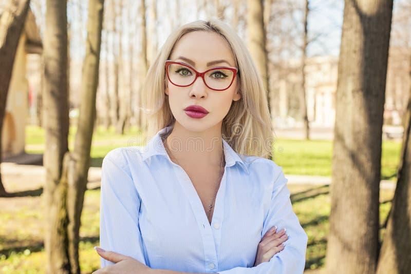 Säker affärskvinna, utomhus stående royaltyfri foto