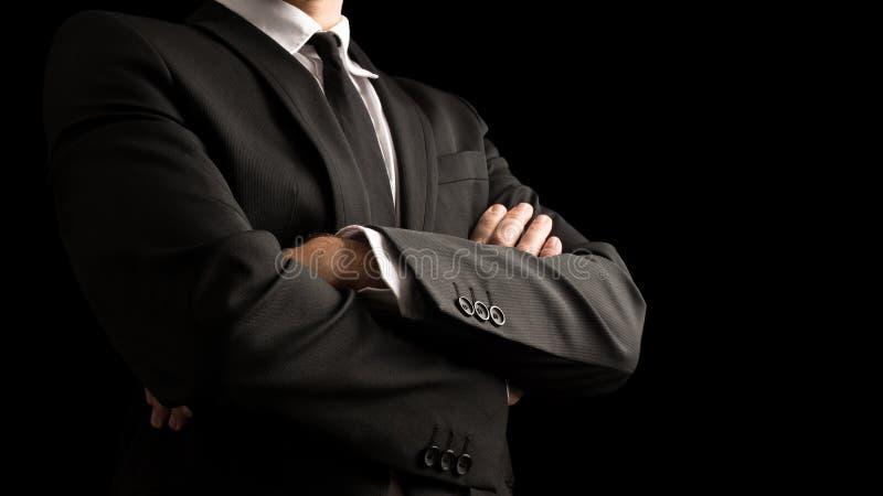 Säker affärsman Crossing Arms på framdel fotografering för bildbyråer