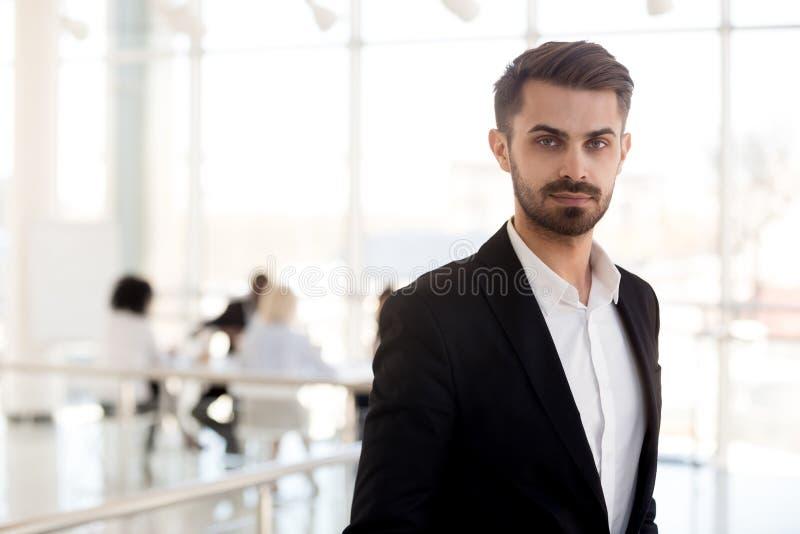 Säker affärsman för huvudskottstående i dräkten som poserar i hall arkivbild