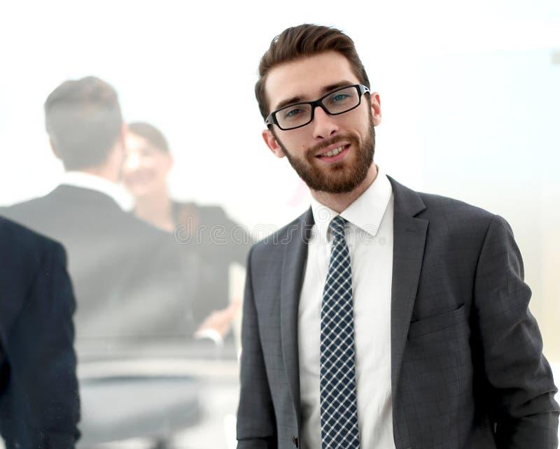 Säker affärsman i bakgrunden av kontoret arkivfoton