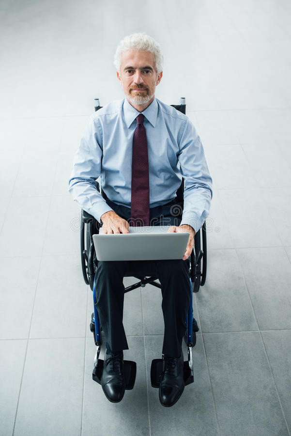 Säker affärsman i rullstol fotografering för bildbyråer