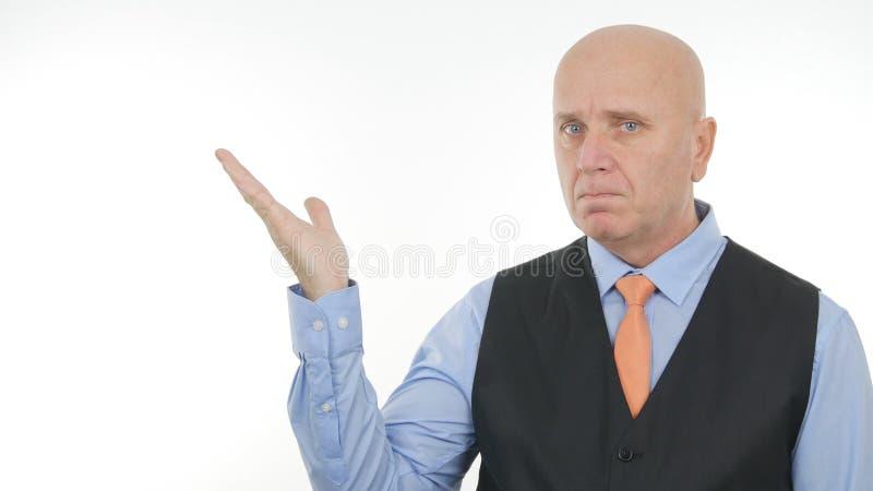 Säker affärsman Image Presenting ett imaginärt ting med gester för en hand royaltyfria bilder