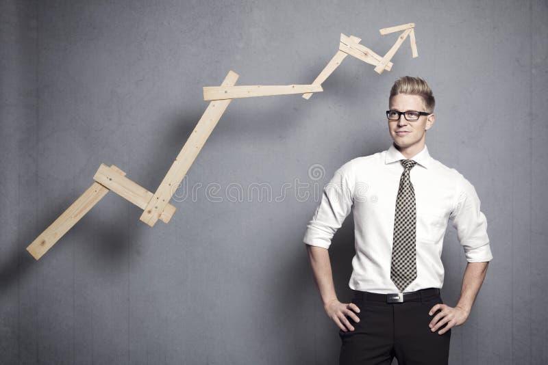Säker affärsman med grafen. arkivfoton
