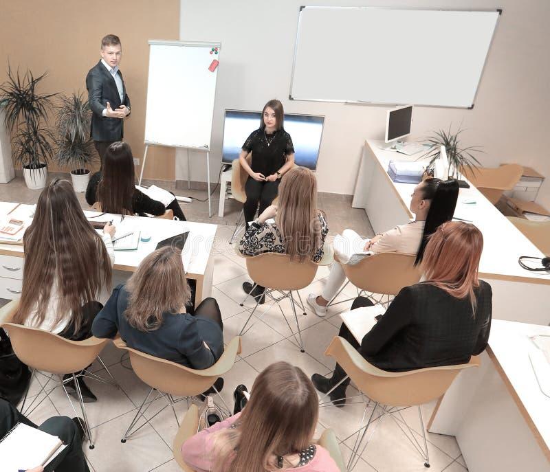 Säker affärsman som förklarar något på whiteboard under konferens arkivfoto