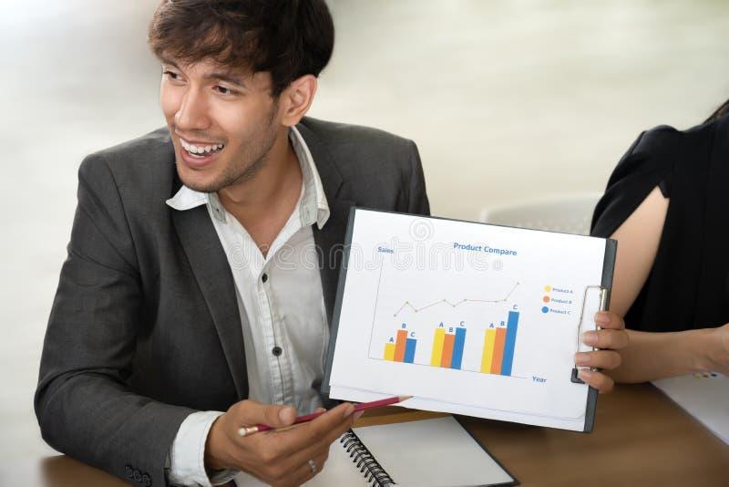 Säker affärsman som ger presentation till kollegor royaltyfria foton
