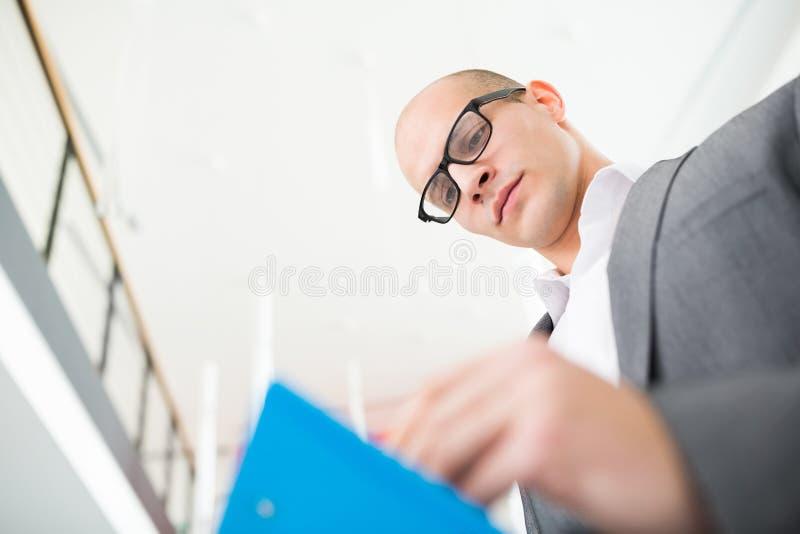 Säker affärsman Writing On Clipboard i regeringsställning fotografering för bildbyråer