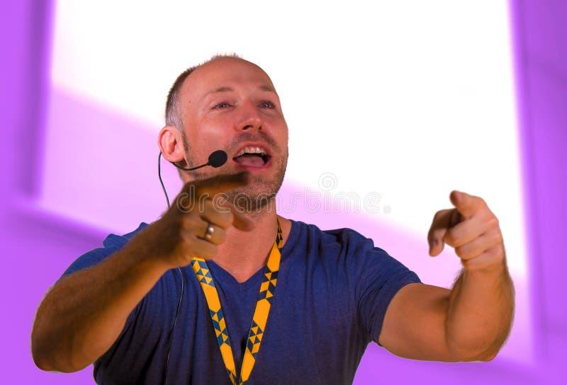 Säker affärsmanhögtalare med hörlurar med mikrofon som ger sig arbeta som privatlärare åt konferensutbildning för att le för affä fotografering för bildbyråer