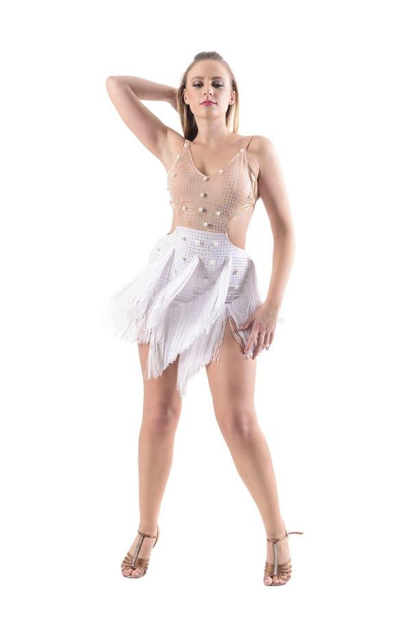 Säker allvarlig behagfull kvinnadansare som poserar i yrkesmässig dansdräkt och ner ser arkivfoto