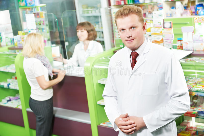 Säker apotekkemistman i apotek royaltyfria foton