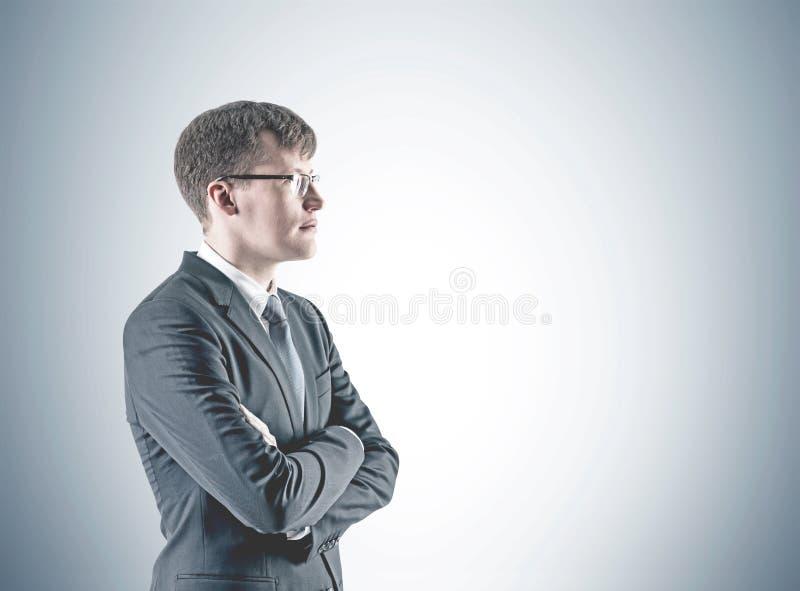 Säker arg beväpnad affärsman, grå färg arkivbild