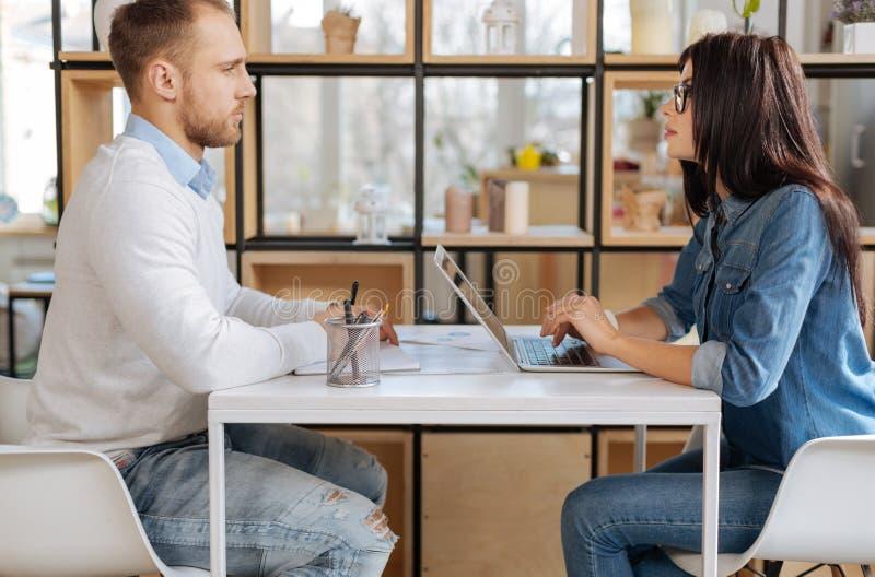 Säker attraktiv affärskvinna som ser jobbsökandet royaltyfria foton
