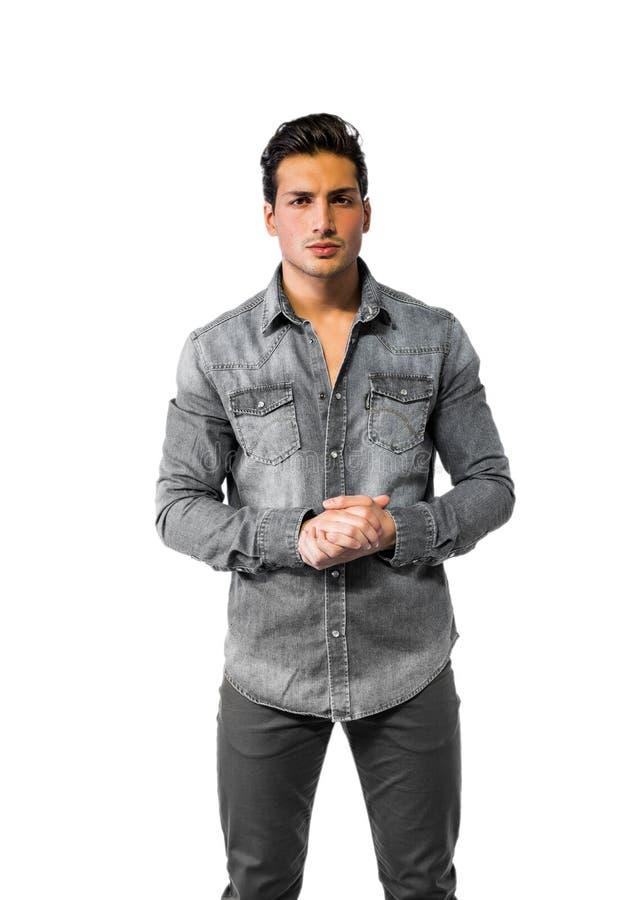 Säker attraktiv ung man med grov bomullstvillskjortan arkivfoto